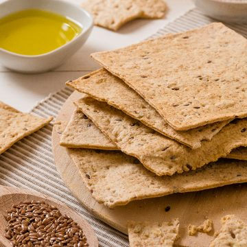 schiaccette-flat-crunchy-bread-with-wholemeal-flour-oat-flakes-and-seeds